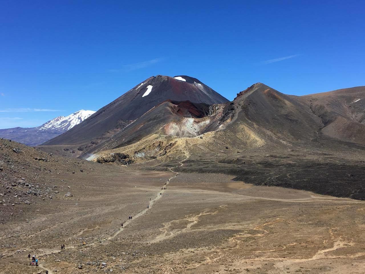 Tři sopky vedle sebe - Mt Ngauruhoe, Ruapehu a Červený kráter