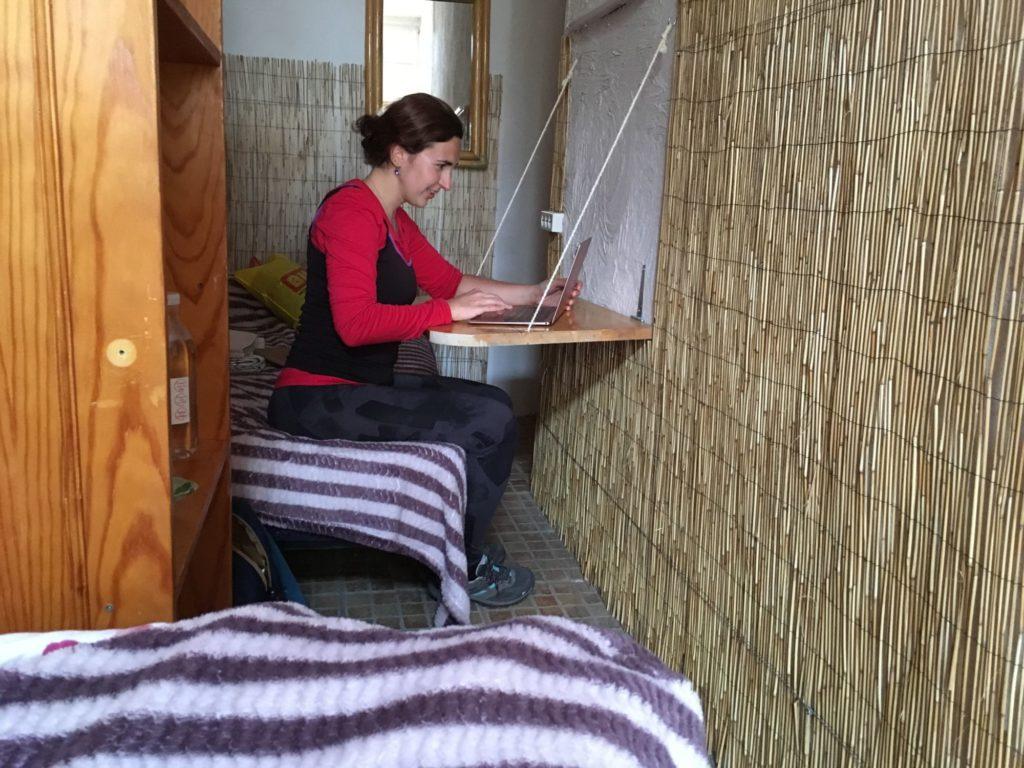 Práce na cestách - můj skromný stůl v airbnb na Tenerife